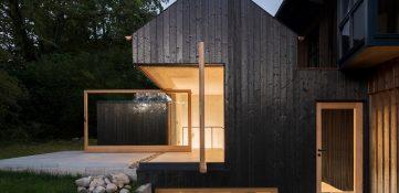 Buero Wagner utiliza madera carbonizada para revestir la extensión de la casa del lago en Alemania