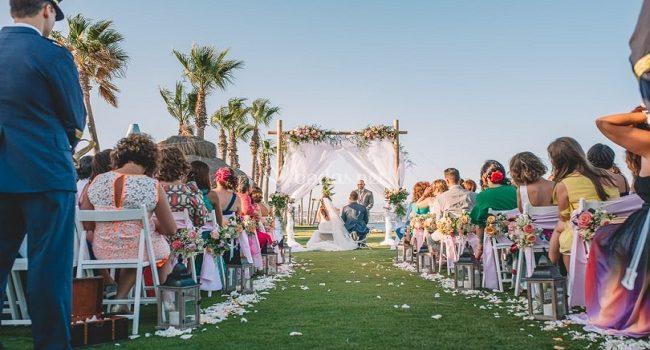Invitados a una boda en la playa que atuendo elegir