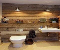 Pared de palets para transformar un baño pequeño