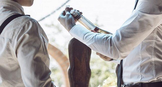 Cómo quitar las manchas de vino tinto de la ropa