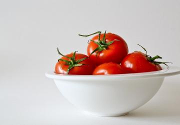 Cómo usar el tomate para la rutina del cuidado del rostro