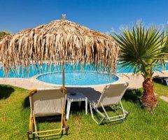 Consejos para decorar alrededor de una piscina enterrada
