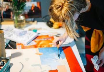 Versatilidad artística: invitaciones de boda y la belleza de la pintura
